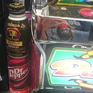 台の横にどれくらい缶ジュースを置けばワゴンサービス様は諦めるのか試してみた。